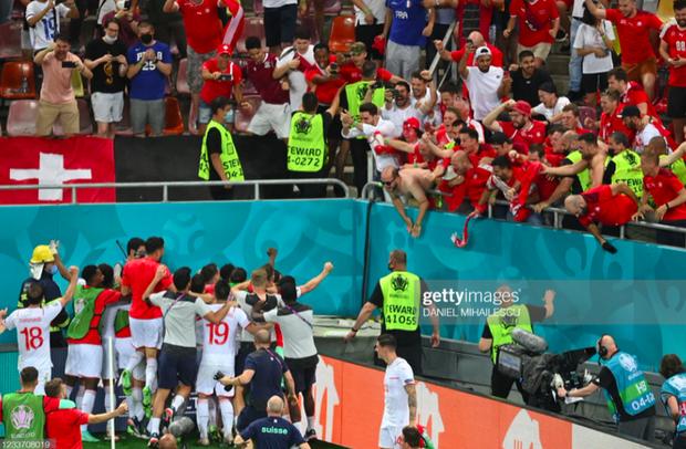 Ảnh: Cầu thủ Thuỵ Sĩ sung sướng vỡ oà sau khi loại đương kim vô địch thế giới Pháp khỏi Euro 2020 - Ảnh 4.