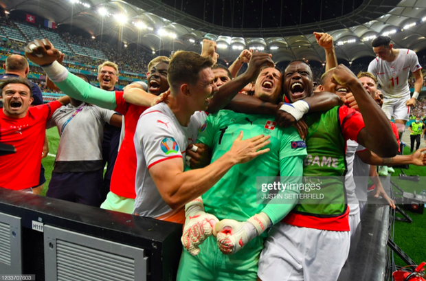 Ảnh: Cầu thủ Thuỵ Sĩ sung sướng vỡ oà sau khi loại đương kim vô địch thế giới Pháp khỏi Euro 2020 - Ảnh 5.