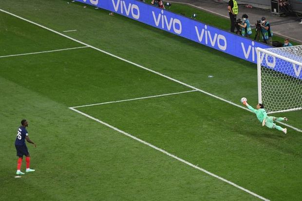 Video: Cận cảnh pha đá hỏng luân lưu 11 mét của sao trẻ hay nhất thế giới khiến Pháp bị loại khỏi Euro 2020 - Ảnh 6.
