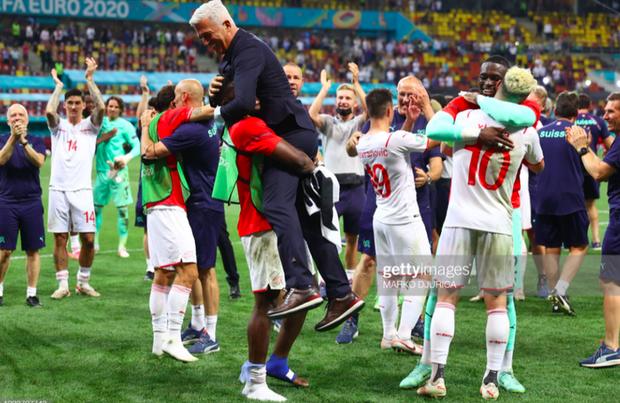 Ảnh: Cầu thủ Thuỵ Sĩ sung sướng vỡ oà sau khi loại đương kim vô địch thế giới Pháp khỏi Euro 2020 - Ảnh 8.