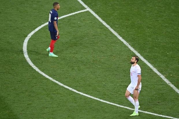Video: Cận cảnh pha đá hỏng luân lưu 11 mét của sao trẻ hay nhất thế giới khiến Pháp bị loại khỏi Euro 2020 - Ảnh 9.