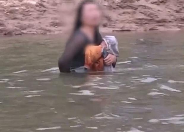 Cô gái trẻ bế con lao xuống sông tự tử, cứu hộ vội tiếp cận cứu người nhưng những lời cô ta nói lúc đó khiến ai nấy choáng váng, khó tin - Ảnh 1.