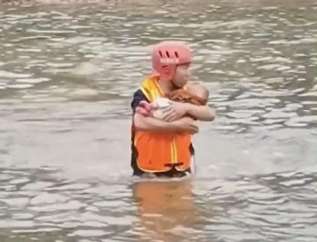 Cô gái trẻ bế con lao xuống sông tự tử, cứu hộ vội tiếp cận cứu người nhưng những lời cô ta nói lúc đó khiến ai nấy choáng váng, khó tin - Ảnh 4.
