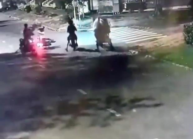 TP.HCM: Hai thanh niên chích điện, đạp ngã xe cô gái 24 tuổi để cướp tài sản lúc rạng sáng - Ảnh 1.