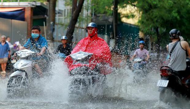 Miền Bắc sắp đón những trận mưa lớn kèm dông lốc, thổi bay nắng nóng gay gắt 40 độ C - Ảnh 1.