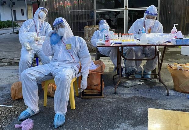 Phòng kiệt sức, ngất xỉu do say nắng, say nóng cho nhân viên y tế chống dịch: Chuyên gia hiến kế 5 giải pháp khi mặc bảo hộ - Ảnh 1.