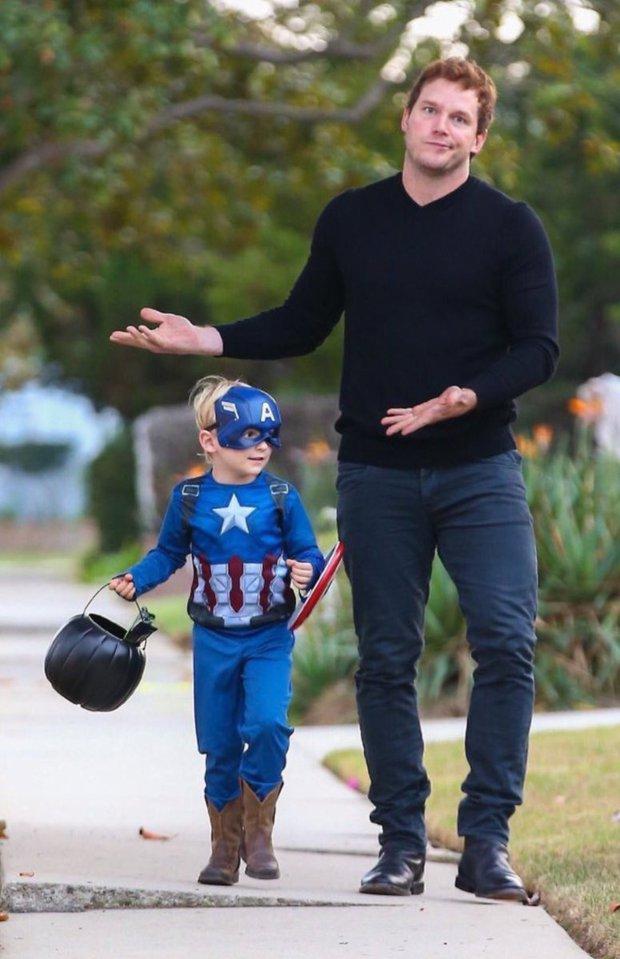 Bụt chùa nhà không thiêng: Con trai đòi Iron Man mua đồ chơi Spider-Man, Thor bất lực vì con gái mê... siêu nhân nhà đối thủ - Ảnh 3.