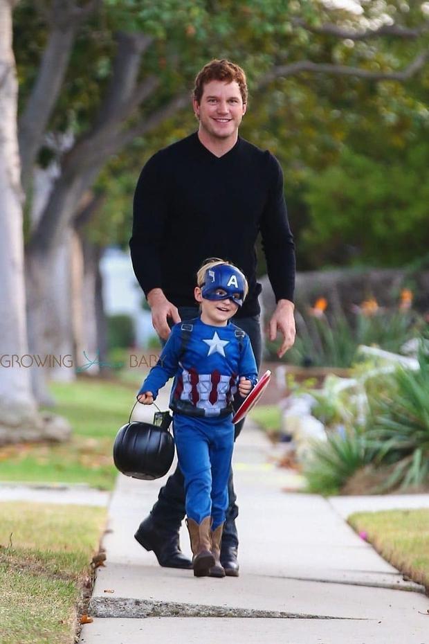 Bụt chùa nhà không thiêng: Con trai đòi Iron Man mua đồ chơi Spider-Man, Thor bất lực vì con gái mê... siêu nhân nhà đối thủ - Ảnh 4.