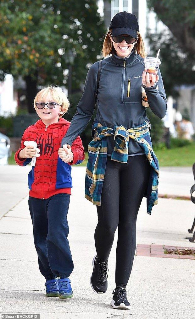 Bụt chùa nhà không thiêng: Con trai đòi Iron Man mua đồ chơi Spider-Man, Thor bất lực vì con gái mê... siêu nhân nhà đối thủ - Ảnh 5.
