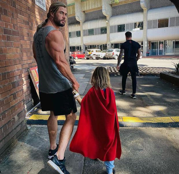 Bụt chùa nhà không thiêng: Con trai đòi Iron Man mua đồ chơi Spider-Man, Thor bất lực vì con gái mê... siêu nhân nhà đối thủ - Ảnh 7.