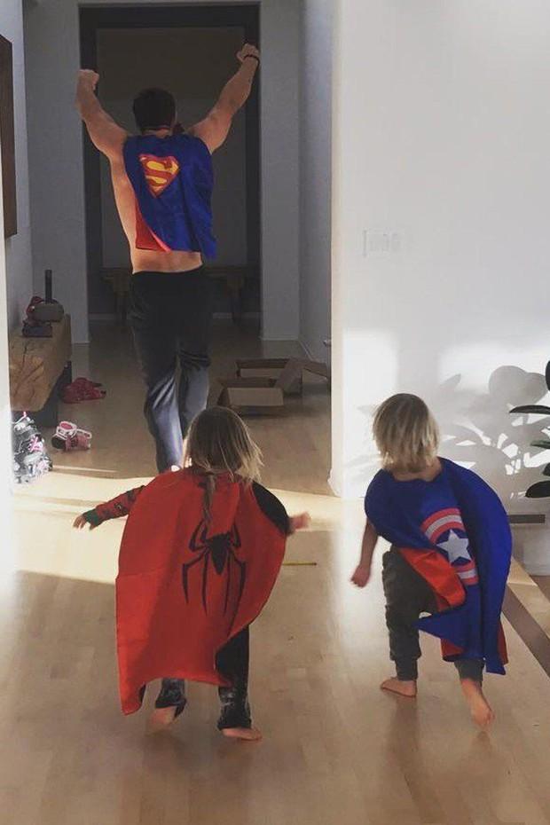 Bụt chùa nhà không thiêng: Con trai đòi Iron Man mua đồ chơi Spider-Man, Thor bất lực vì con gái mê... siêu nhân nhà đối thủ - Ảnh 8.