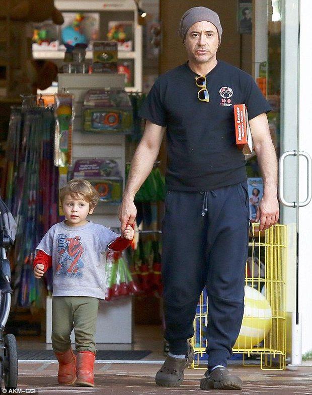 Bụt chùa nhà không thiêng: Con trai đòi Iron Man mua đồ chơi Spider-Man, Thor bất lực vì con gái mê... siêu nhân nhà đối thủ - Ảnh 11.