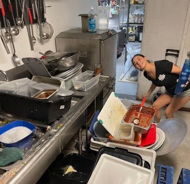 Những cảnh tượng quen thuộc trong bếp của các nhà hàng có thể sẽ khiến thực khách phải sửng sốt, nghề nấu nướng quả là vất vả! - Ảnh 1.