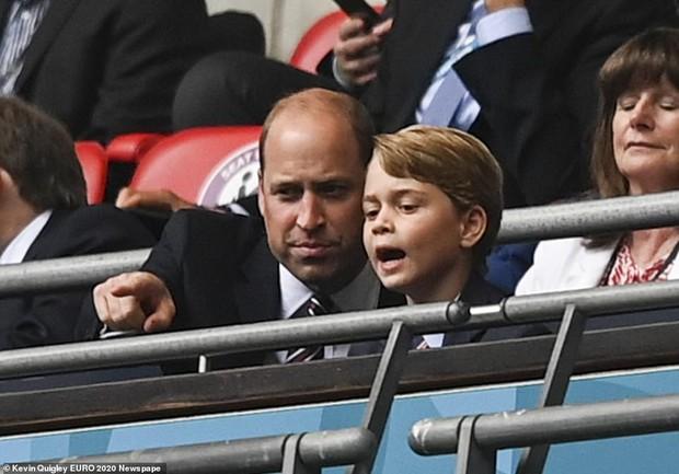 """""""Đức vua tương lai"""" George ngồi hàng ghế đầu, diện vest bảnh bao chiếm sóng tại trận Anh - Đức tối qua, biểu cảm ăn mừng đốn tim công chúng - Ảnh 4."""