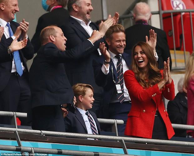 """""""Đức vua tương lai"""" George ngồi hàng ghế đầu, diện vest bảnh bao chiếm sóng tại trận Anh - Đức tối qua, biểu cảm ăn mừng đốn tim công chúng - Ảnh 2."""