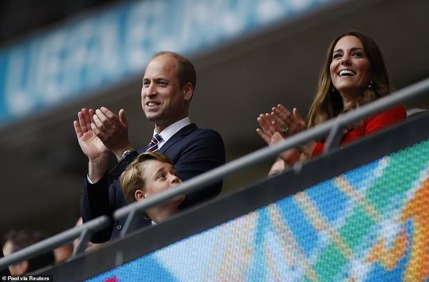 """""""Đức vua tương lai"""" George ngồi hàng ghế đầu, diện vest bảnh bao chiếm sóng tại trận Anh - Đức tối qua, biểu cảm ăn mừng đốn tim công chúng - Ảnh 9."""