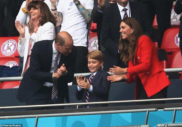 """""""Đức vua tương lai"""" George ngồi hàng ghế đầu, diện vest bảnh bao chiếm sóng tại trận Anh - Đức tối qua, biểu cảm ăn mừng đốn tim công chúng - Ảnh 5."""