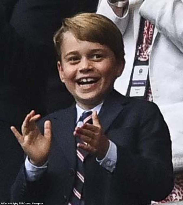 """""""Đức vua tương lai"""" George ngồi hàng ghế đầu, diện vest bảnh bao chiếm sóng tại trận Anh - Đức tối qua, biểu cảm ăn mừng đốn tim công chúng - Ảnh 3."""