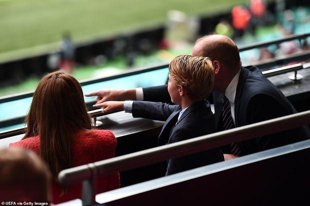 """""""Đức vua tương lai"""" George ngồi hàng ghế đầu, diện vest bảnh bao chiếm sóng tại trận Anh - Đức tối qua, biểu cảm ăn mừng đốn tim công chúng - Ảnh 10."""