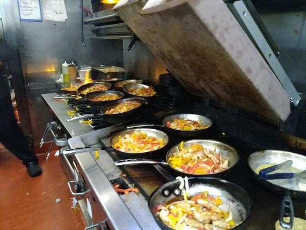 Những cảnh tượng quen thuộc trong bếp của các nhà hàng có thể sẽ khiến thực khách phải sửng sốt, nghề nấu nướng quả là vất vả! - Ảnh 12.