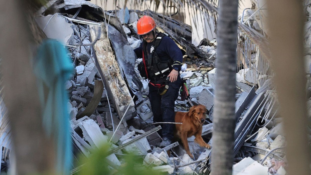 Số nạn nhân trong vụ sập tòa nhà chung cư ở Mỹ tiếp tục tăng  - Ảnh 1.