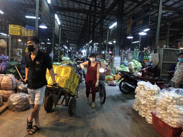 Dịch Covid-19 khiến rau củ, thịt cá... về chợ đầu mối giảm khoảng 2.000 tấn/ngày - Ảnh 1.