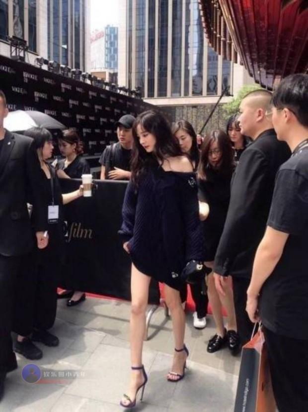 Team qua đường bóc trần visual nữ thần Cbiz: Dương Mịch huyền thoại, Nhiệt Ba lộ khuyết điểm, kéo xuống ảnh cuối cùng sốc nặng - Ảnh 3.