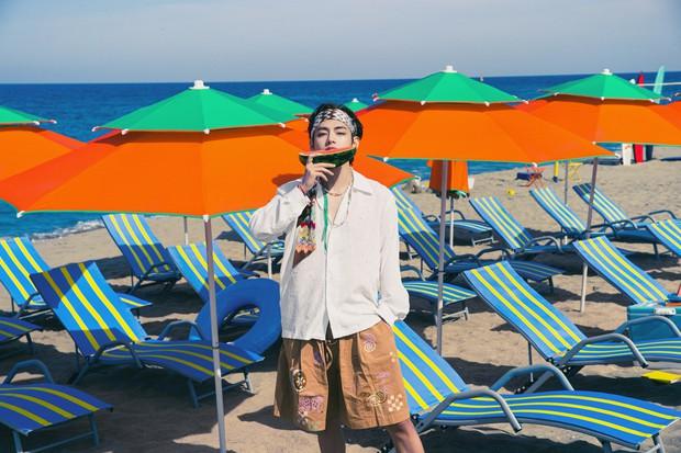 Biển xanh cát trắng hoà nhịp ái ân cùng teaser mới của BTS, Jungkook tóc tím mlem vẫn là tâm điểm chú ý - Ảnh 2.