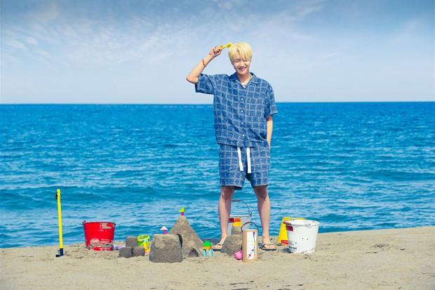 Biển xanh cát trắng hoà nhịp ái ân cùng teaser mới của BTS, Jungkook tóc tím mlem vẫn là tâm điểm chú ý - Ảnh 4.
