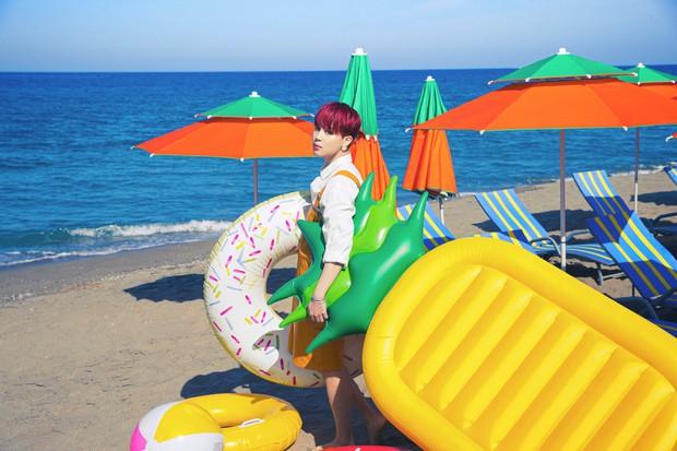 Biển xanh cát trắng hoà nhịp ái ân cùng teaser mới của BTS, Jungkook tóc tím mlem vẫn là tâm điểm chú ý - Ảnh 6.