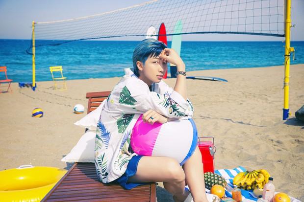 Biển xanh cát trắng hoà nhịp ái ân cùng teaser mới của BTS, Jungkook tóc tím mlem vẫn là tâm điểm chú ý - Ảnh 7.