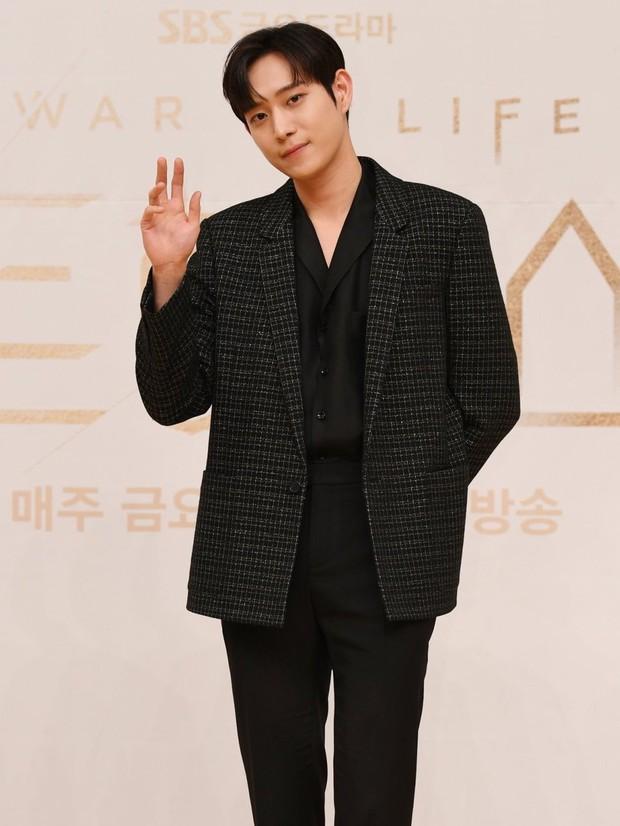 Dàn sao Penthouse 3 đổ bộ họp báo ra mắt phim: Lee Ji Ah xinh như mộng, đôi gà bông dính nhau sát rạt - Ảnh 6.