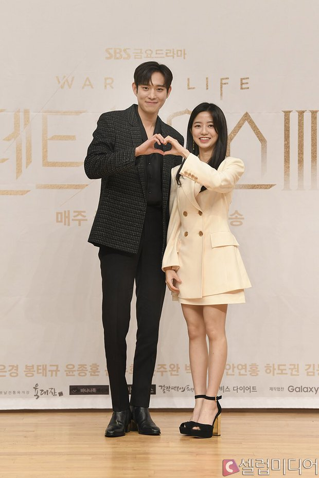 Dàn sao Penthouse 3 đổ bộ họp báo ra mắt phim: Lee Ji Ah xinh như mộng, đôi gà bông dính nhau sát rạt - Ảnh 8.