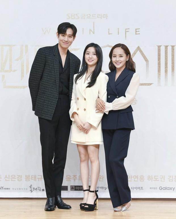 Dàn sao Penthouse 3 đổ bộ họp báo ra mắt phim: Lee Ji Ah xinh như mộng, đôi gà bông dính nhau sát rạt - Ảnh 9.