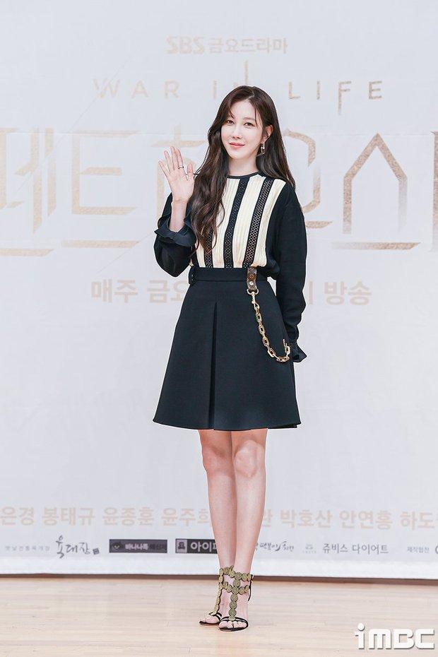 Dàn sao Penthouse 3 đổ bộ họp báo ra mắt phim: Lee Ji Ah xinh như mộng, đôi gà bông dính nhau sát rạt - Ảnh 1.
