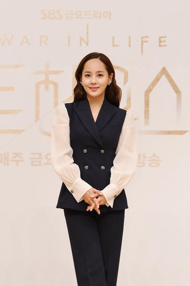Dàn sao Penthouse 3 đổ bộ họp báo ra mắt phim: Lee Ji Ah xinh như mộng, đôi gà bông dính nhau sát rạt - Ảnh 4.