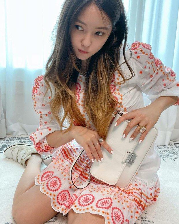Cùng diện váy bánh bèo, sao Việt và sao Hàn chỉ cần thêm 1 thứ phụ kiện là ra ngay style khác bọt hoàn toàn - Ảnh 10.