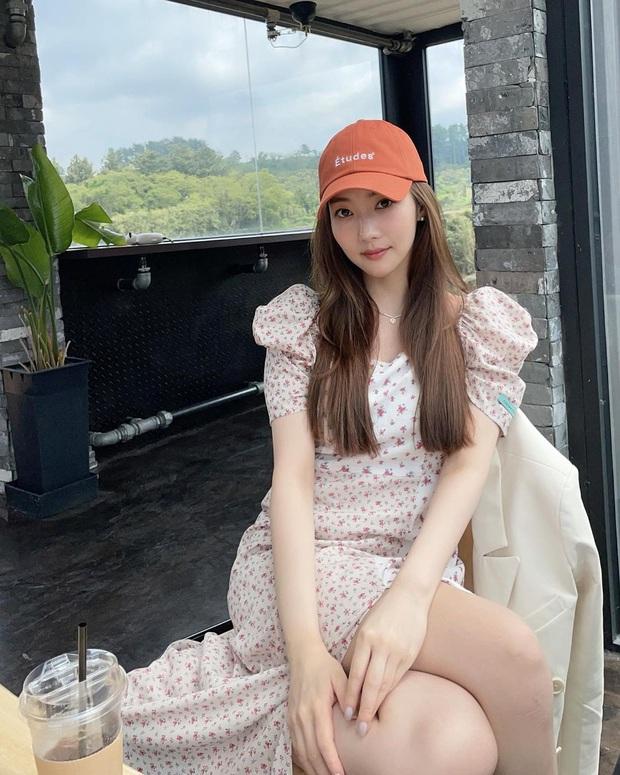 Cùng diện váy bánh bèo, sao Việt và sao Hàn chỉ cần thêm 1 thứ phụ kiện là ra ngay style khác bọt hoàn toàn - Ảnh 6.