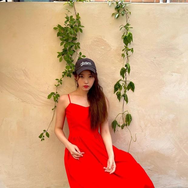 Cùng diện váy bánh bèo, sao Việt và sao Hàn chỉ cần thêm 1 thứ phụ kiện là ra ngay style khác bọt hoàn toàn - Ảnh 9.