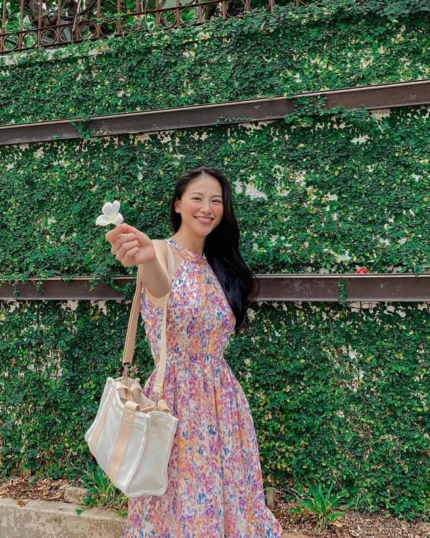 Cùng diện váy bánh bèo, sao Việt và sao Hàn chỉ cần thêm 1 thứ phụ kiện là ra ngay style khác bọt hoàn toàn - Ảnh 4.