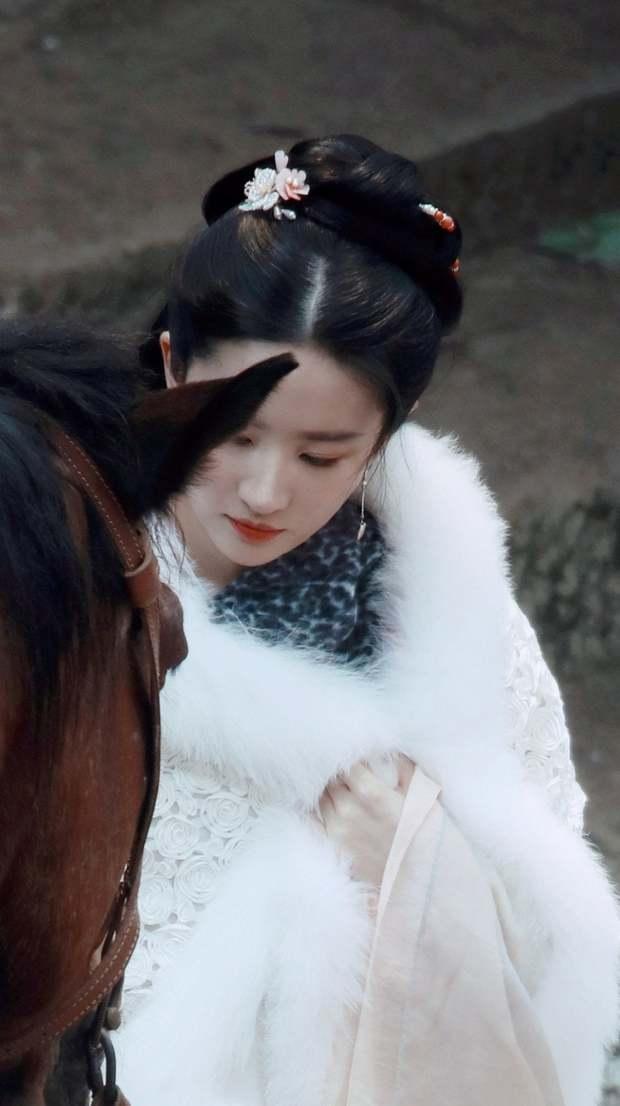 Lưu Diệc Phi trẻ đẹp y như Tiểu Long Nữ 15 năm trước ở phim mới, ngó qua góc nghiêng của Trần Hiểu còn hú hồn hơn - Ảnh 1.