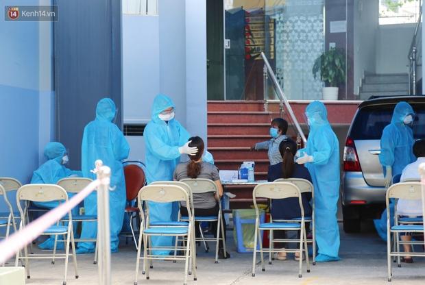 Phong tỏa một tòa nhà ở quận Bình Thạnh vì liên quan ca dương tính được phát hiện tại Bệnh viện FV - Ảnh 1.