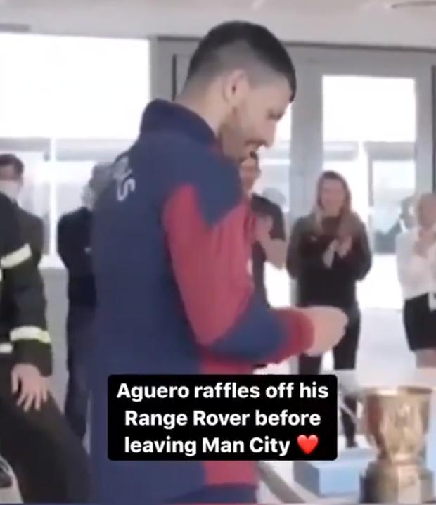 Nhiều tiền để làm gì: Aguero tổ chức bốc thăm trúng Range Rover cho nhân viên Man City - Ảnh 1.