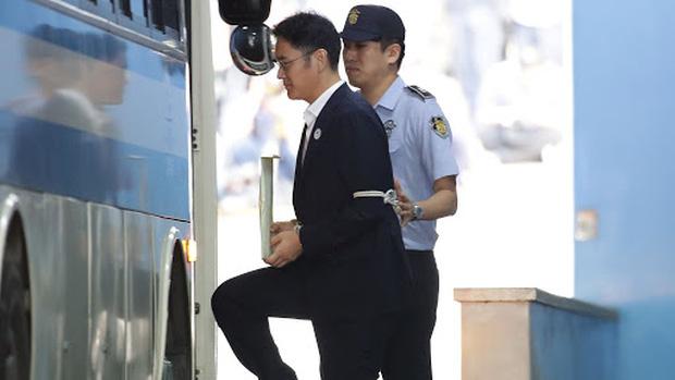 Vụ án thế kỷ của Hoàng đế và Thái tử Samsung: Cặp cha con chaebol quyền lực nhất Hàn Quốc lần lượt ngồi tù cùng vì một tội danh - Ảnh 7.
