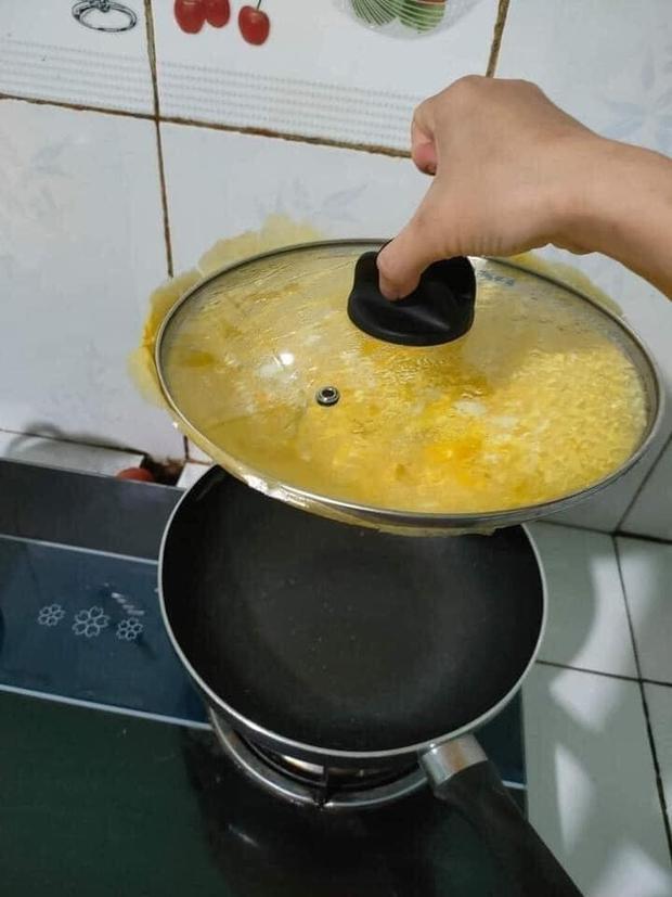 """Mua chảo chống dính mà quên kiểm tra chất lượng nắp vung, cô nàng thử rán trứng thì làm ra thành quả """"oan nghiệt"""" thế này - Ảnh 1."""