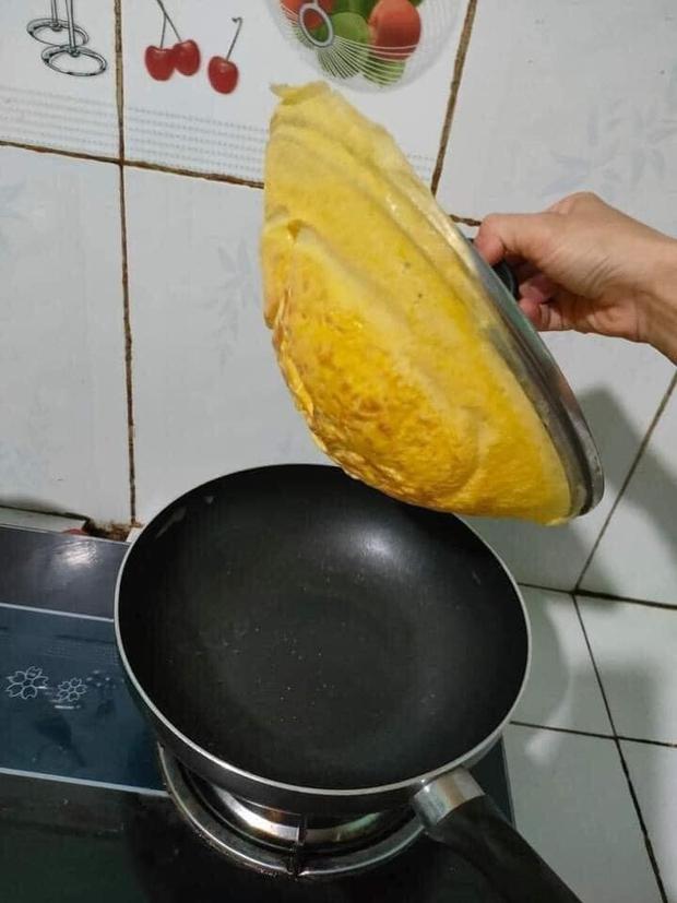 """Mua chảo chống dính mà quên kiểm tra chất lượng nắp vung, cô nàng thử rán trứng thì làm ra thành quả """"oan nghiệt"""" thế này - Ảnh 2."""