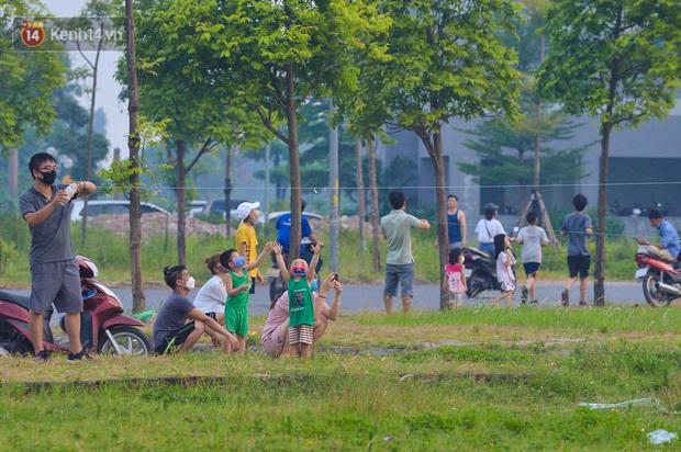 Chùm ảnh: Người Hà Nội kéo nhau ra bãi đất trống đá bóng thả diều, cởi bỏ khẩu trang cho mát bất chấp dịch Covid-19 - Ảnh 5.