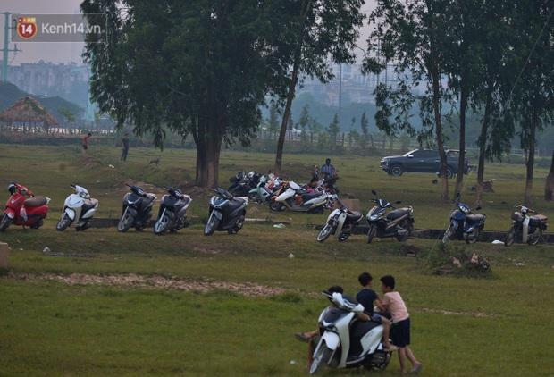 Chùm ảnh: Người Hà Nội kéo nhau ra bãi đất trống đá bóng thả diều, cởi bỏ khẩu trang cho mát bất chấp dịch Covid-19 - Ảnh 4.