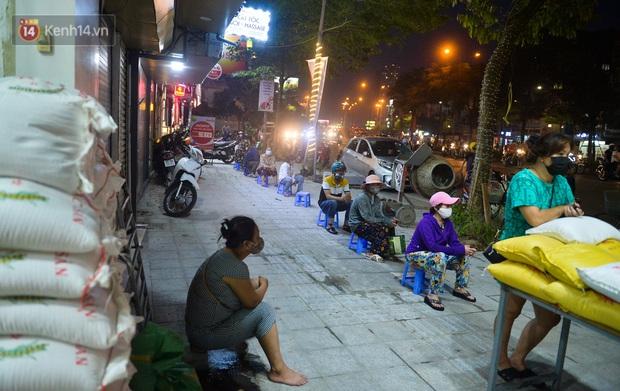 Nghe chuyện thanh niên tự tử vì thất nghiệp, người phụ nữ ở Hà Nội đứng lên phát gạo, tiền miễn phí cho người lao động nghèo - Ảnh 3.
