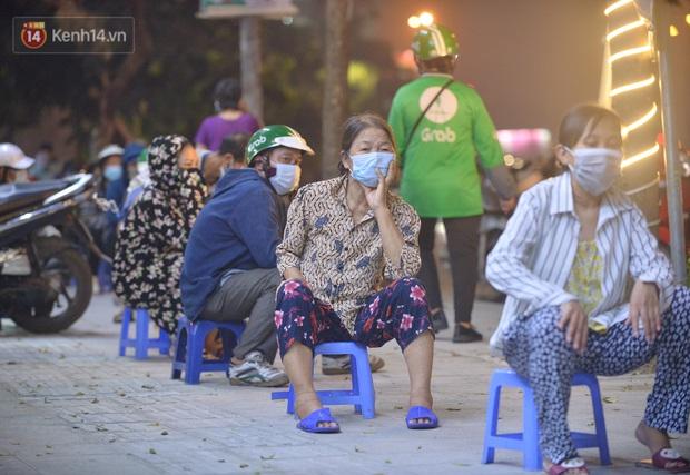 Nghe chuyện thanh niên tự tử vì thất nghiệp, người phụ nữ ở Hà Nội đứng lên phát gạo, tiền miễn phí cho người lao động nghèo - Ảnh 4.